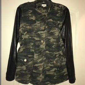 Sz L camo &  faux blk leather jacket!
